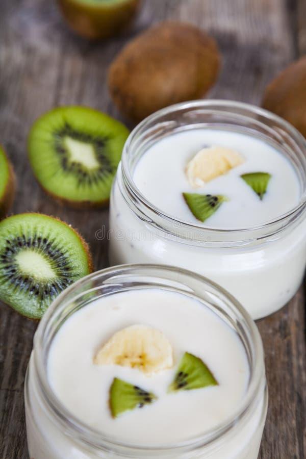 Yoghurt med kiwin royaltyfri bild