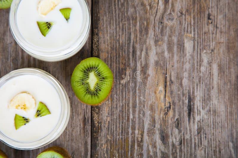 Yoghurt med kiwin arkivfoto