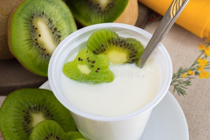 Yoghurt med kiwin royaltyfria foton