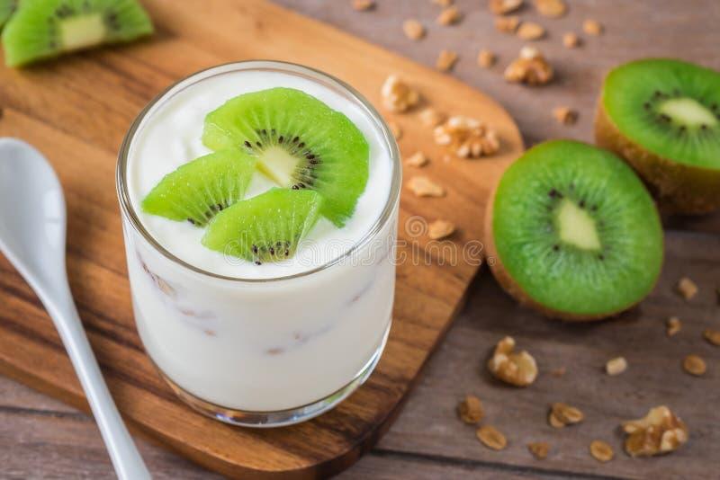 Yoghurt med kiwin i exponeringsglas royaltyfria foton