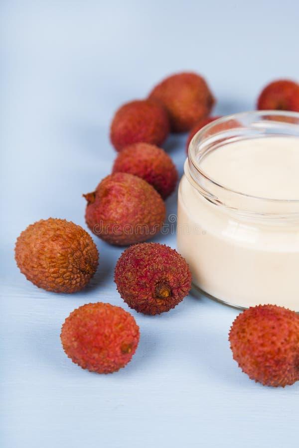 Yoghurt med litchiplommonet arkivbilder