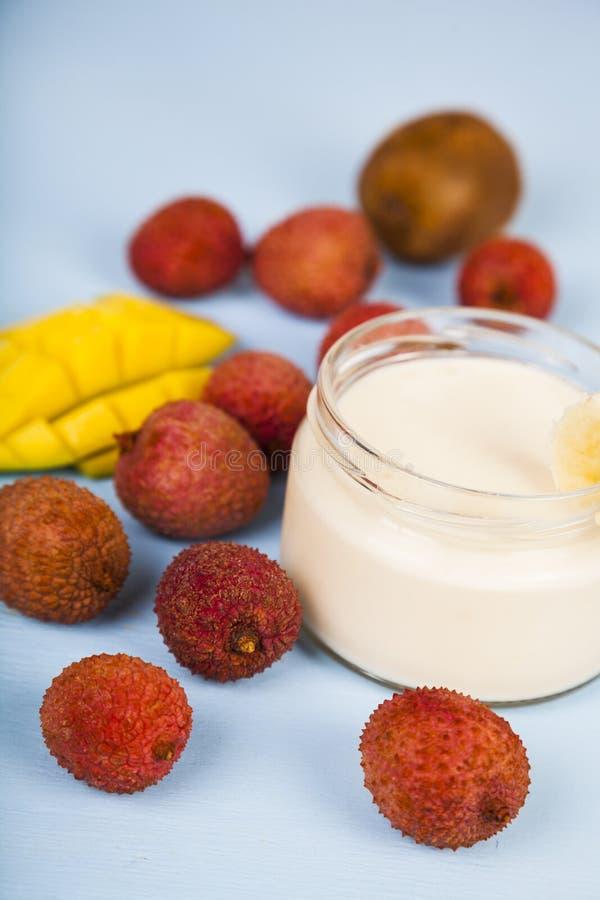 Yoghurt med tropiska frukter fotografering för bildbyråer