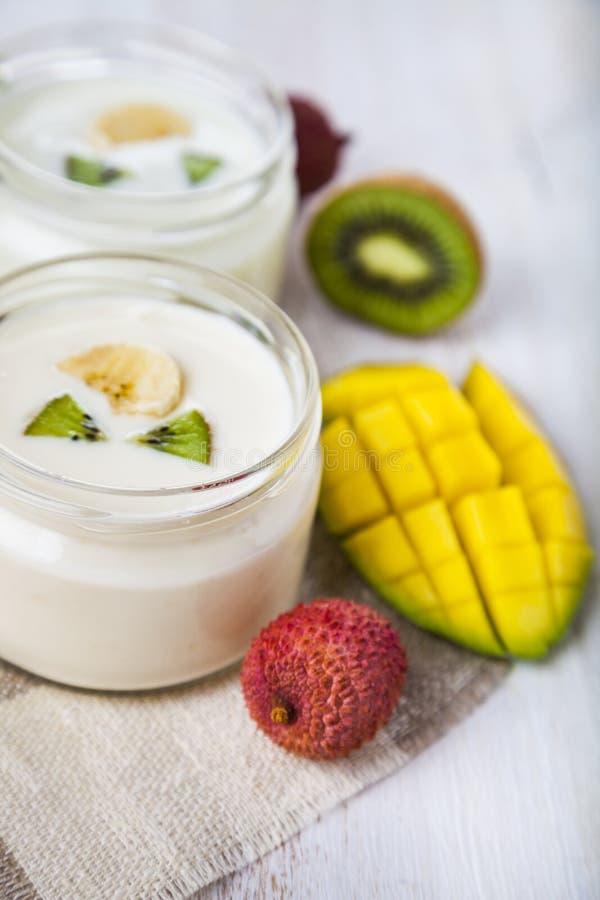 Yoghurt med tropiska frukter arkivbilder