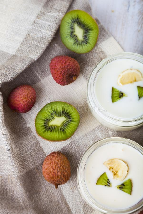 Yoghurt med tropiska frukter royaltyfri foto
