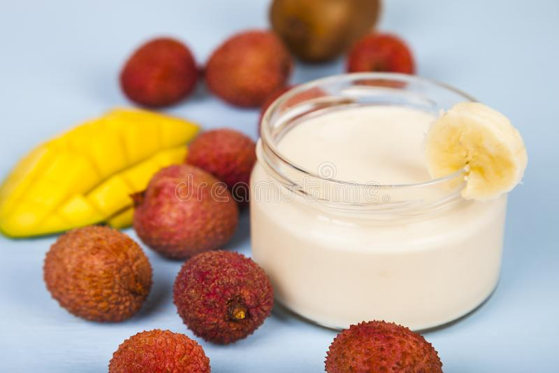 Yoghurt med tropiska frukter royaltyfria bilder