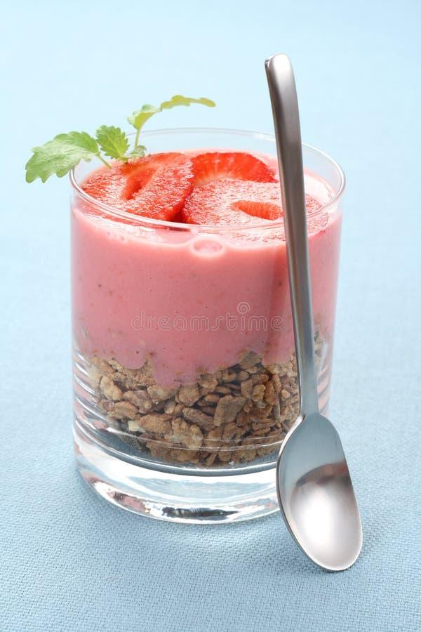 Yoghurt met aardbeien royalty-vrije stock afbeeldingen