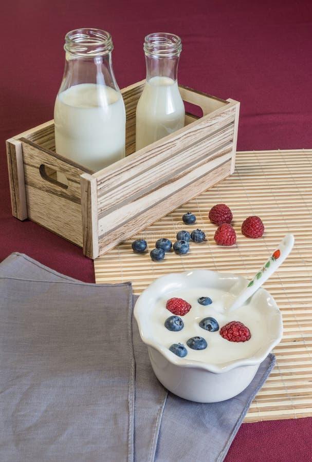 Yoghurt met bessen stock foto