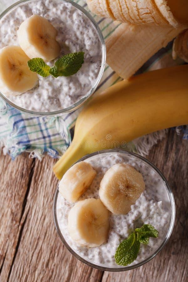 Yoghurt met chiazaden en banaan in een glasclose-up verticaal stock afbeelding