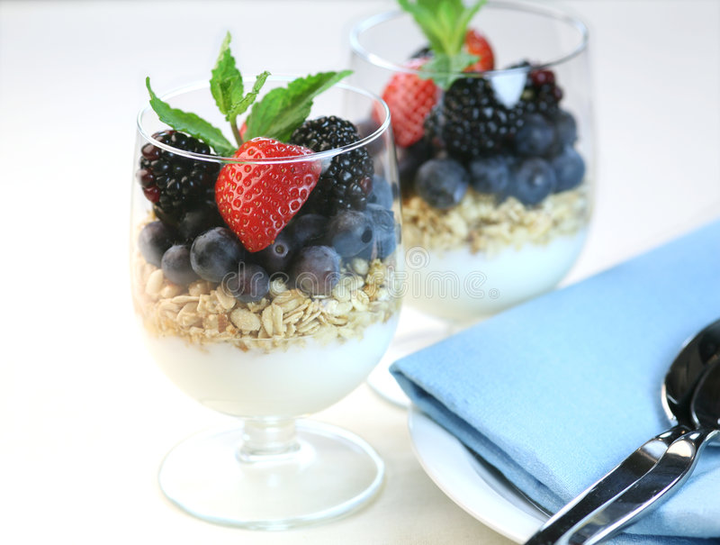 Yoghurt met granola stock foto's