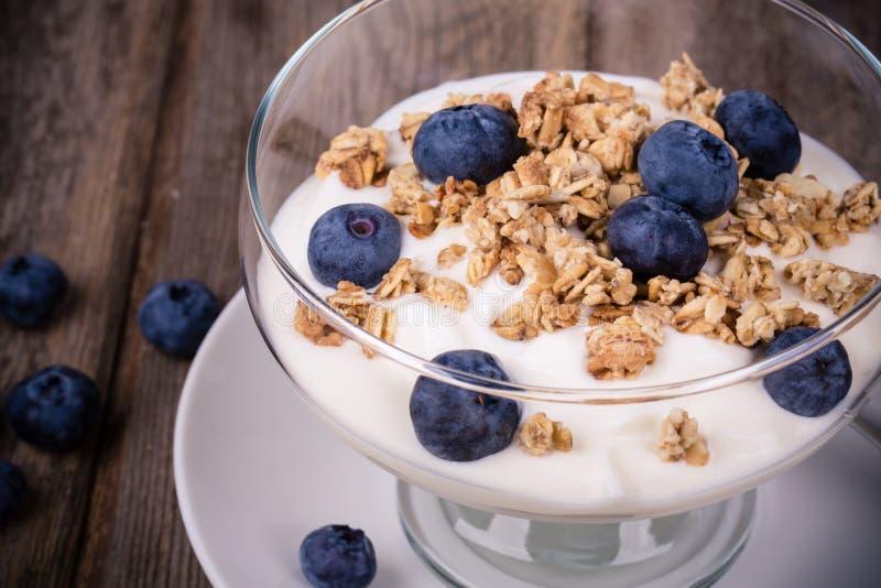 Yoghurt met granola en bosbessen. royalty-vrije stock afbeeldingen