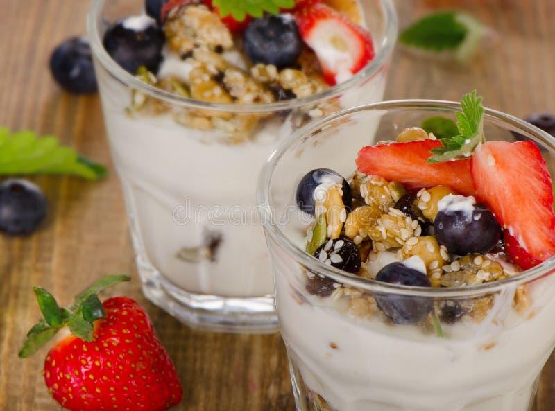 Yoghurt met Granola en verse bessen royalty-vrije stock afbeeldingen