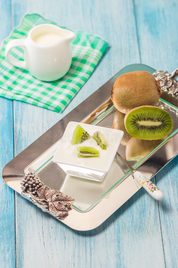 Yoghurt met kiwi royalty-vrije stock foto
