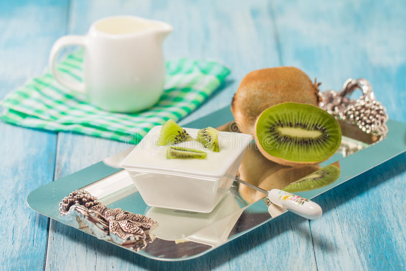 Yoghurt met kiwi stock afbeelding