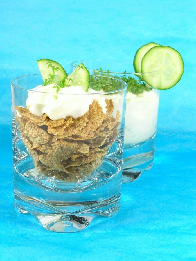 Yoghurt met komkommer en witte waterkers stock foto