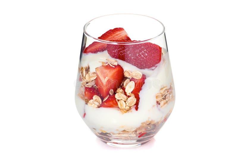 Yoghurt met muesli en aardbeien stock foto's