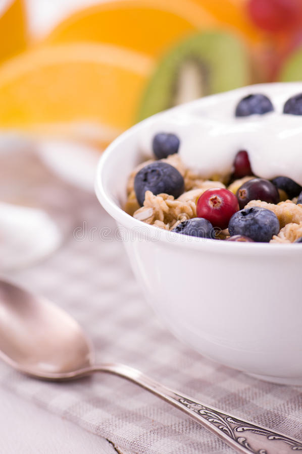 Yoghurt met muesli en bes stock fotografie
