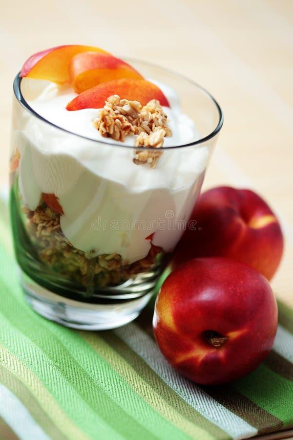 Yoghurt met muesli en fruit stock afbeelding