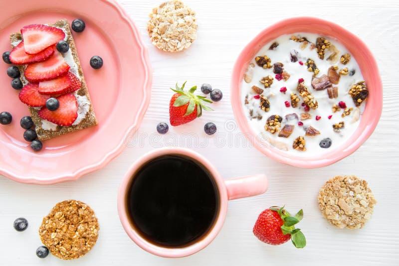 Yoghurt met vruchten en granola voor ontbijt, healty en smakelijk royalty-vrije stock foto