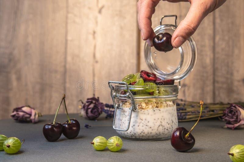 Yoghurt met zaden een chia en bessen stock foto