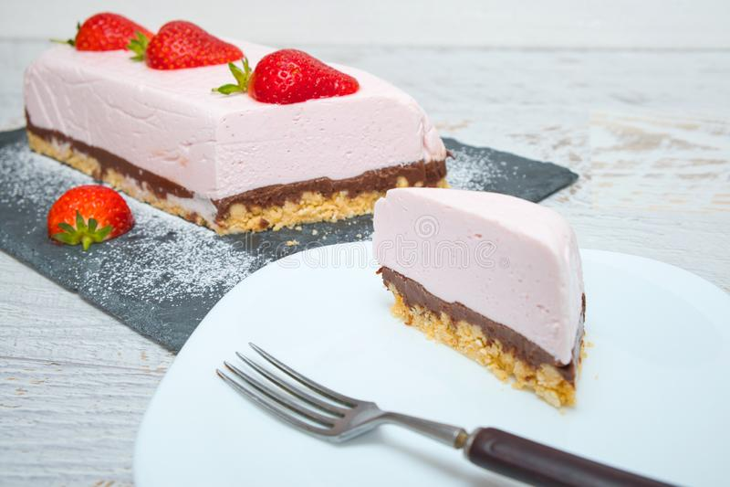 Yoghurtaart van chocolade aardbei, versierd met verse vruchten royalty-vrije stock afbeeldingen