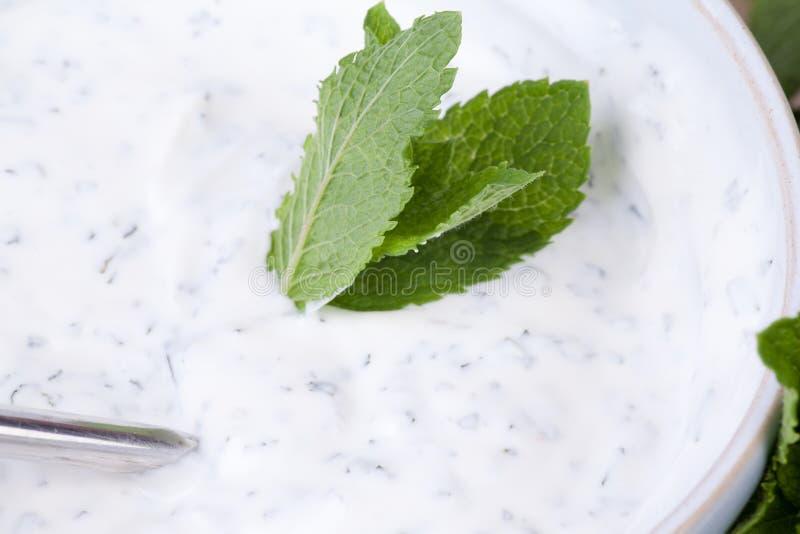 Yoghurtdopp med minten royaltyfri fotografi