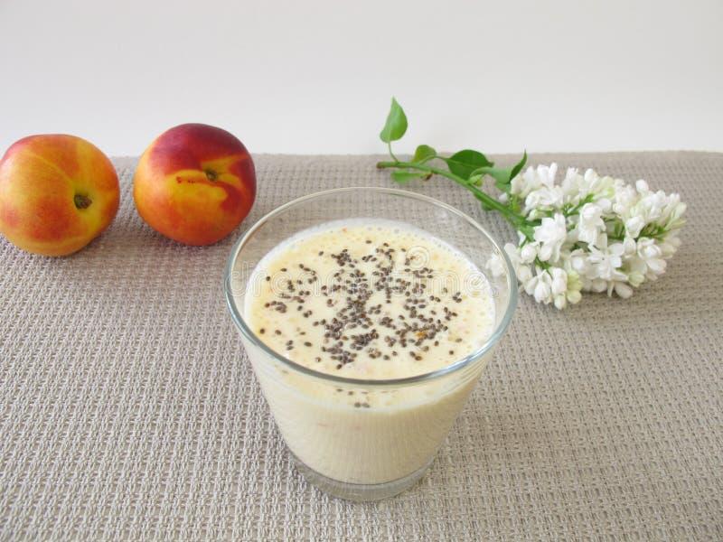Yoghurtdrink med nektarin- och chiafrö arkivfoton