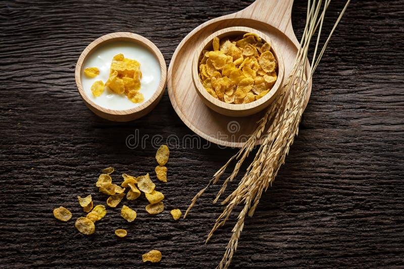 Yoghurten med mysli för frukosten i morgonen, förlustvikt och bantar bantningen för kvinnor, gammal wood bakgrund arkivfoton
