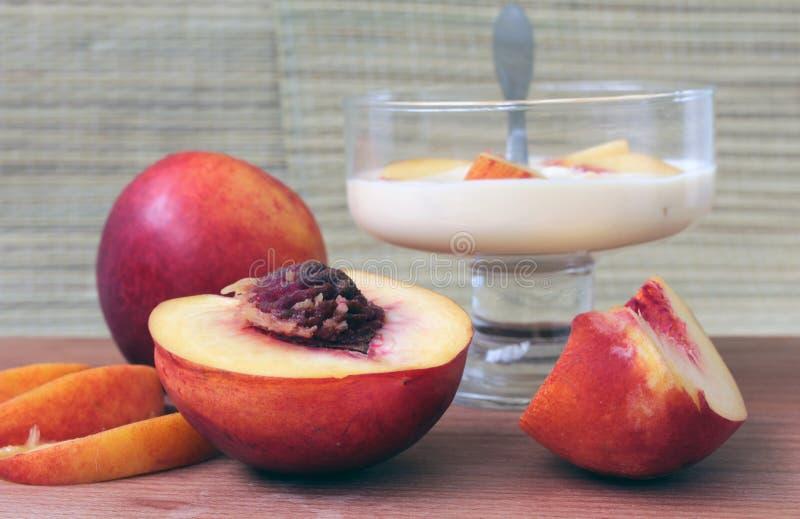 Yoghurten med nektarinen som är lätt bantar frukosten arkivbild