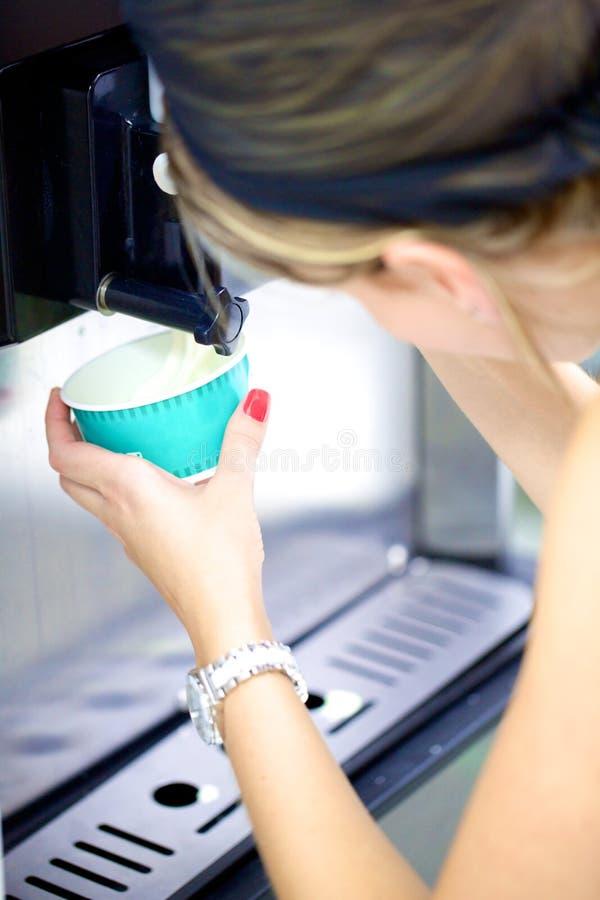 Yoghurtglass som tjänas som royaltyfri fotografi