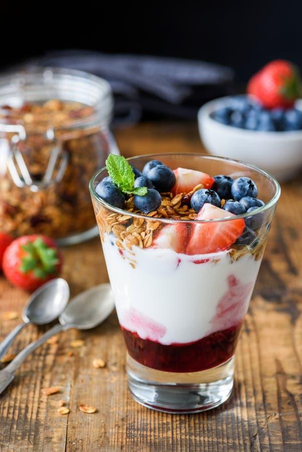 Yoghurtparfait med blåbär och jordgubbar royaltyfria bilder