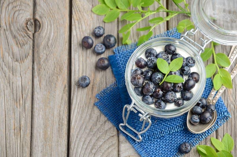 Yoghurtparfait met granola en verse bosbessen, gezond ontbijtconcept stock afbeeldingen