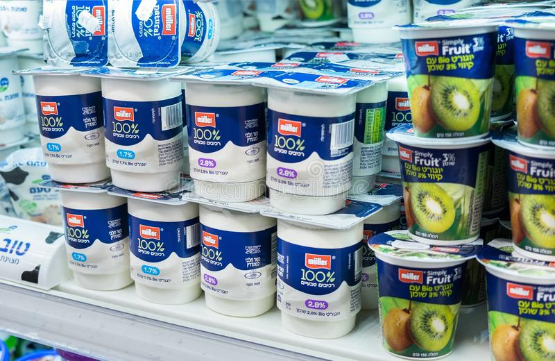 Yoghurts en andere zuivelproducten in Israëlische voedselsupermarkt stock afbeelding