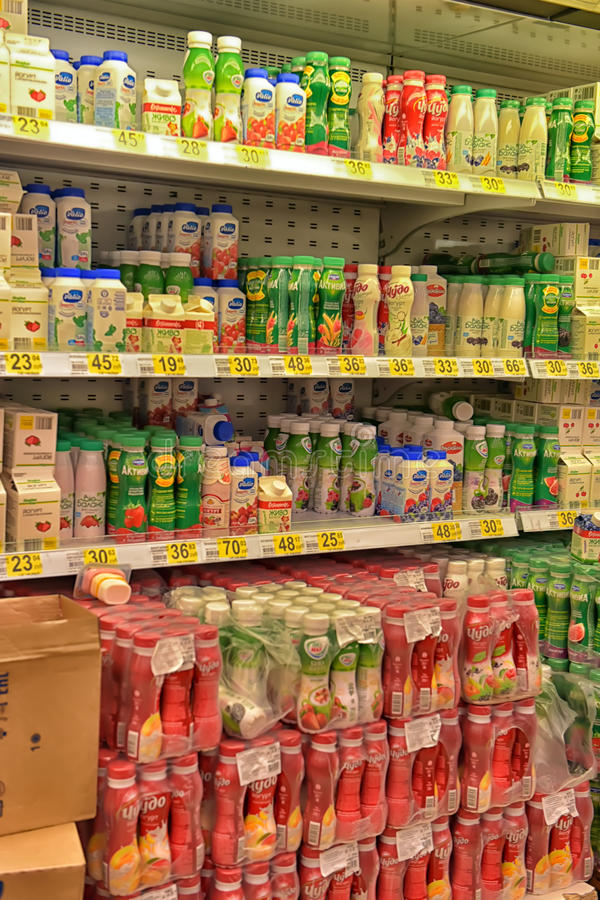 Yoghurts en zuivelproducten op supermarktplanken royalty-vrije stock afbeelding