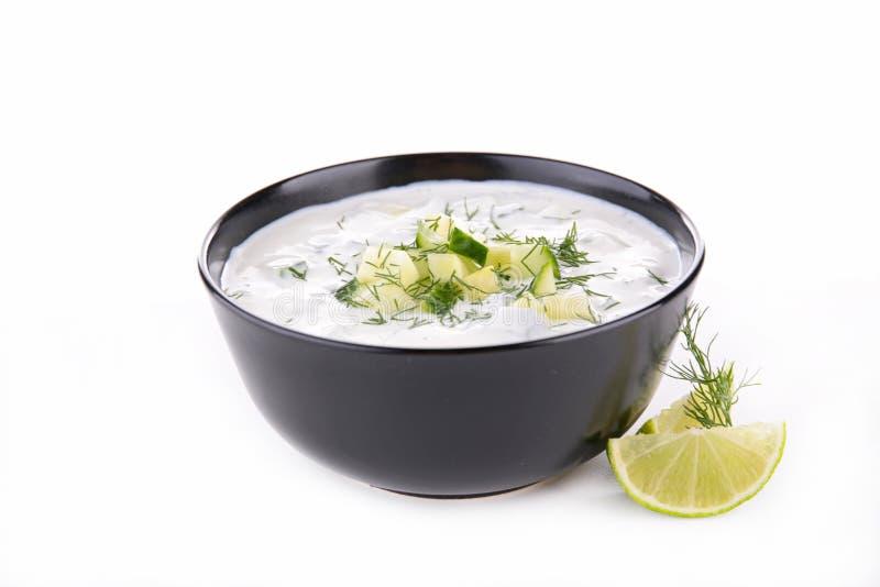 Yoghurtsaus met komkommer en dille stock afbeelding