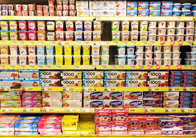 Yoghurtselectie in supermarkt stock afbeeldingen