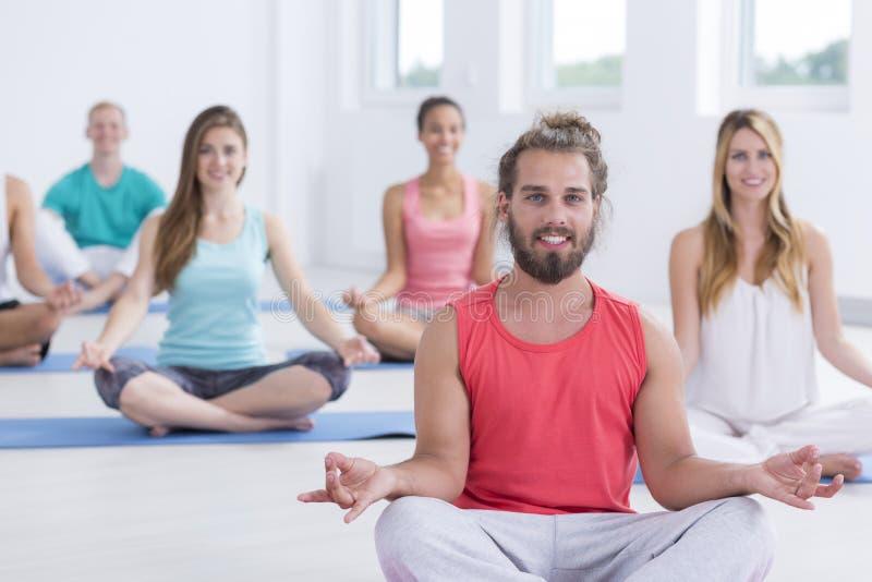Yogins, der in sukhasana Haltung meditiert stockfotografie