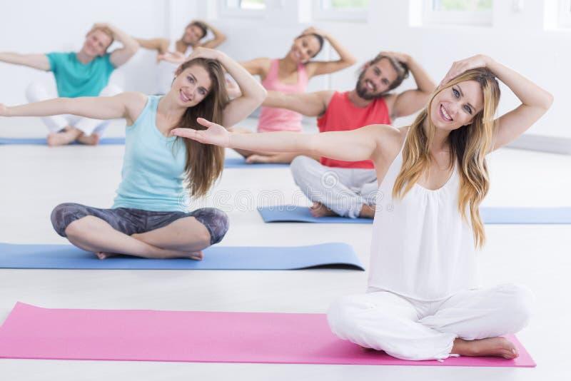 Yogins die hals uitrekkende oefeningen doen stock afbeeldingen