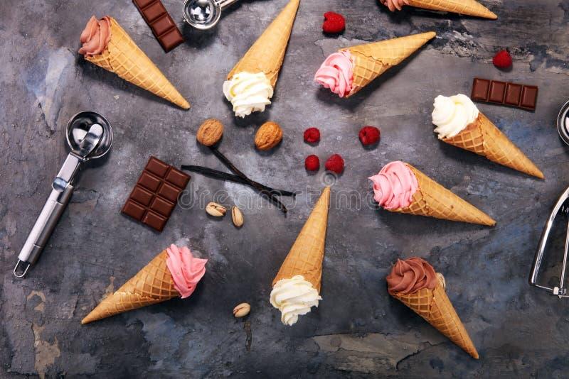 Yogourt glacé de vanille ou crème glacée mou dans le cône de gaufre photographie stock libre de droits
