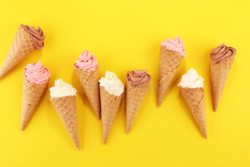 Yogourt glacé de vanille ou crème glacée mou dans le cône de gaufre images libres de droits