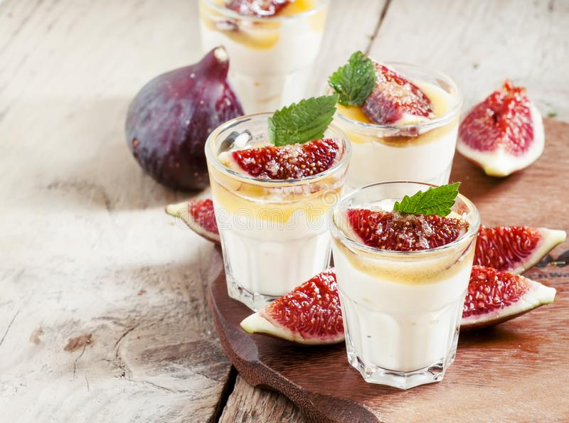 Yogur color crema con la miel, los higos y la menta, foco selectivo foto de archivo libre de regalías