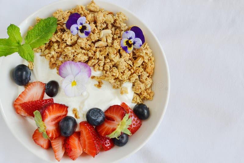 Yogur con el granola y las frutas, desayuno sano imagenes de archivo