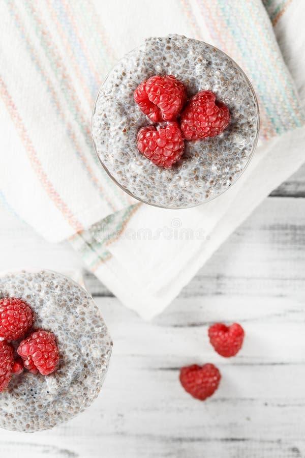 Yogur con el pudín y las frutas de la semilla del chia imagenes de archivo