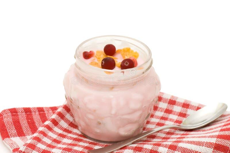 Yogur con las bayas aisladas en blanco imagen de archivo