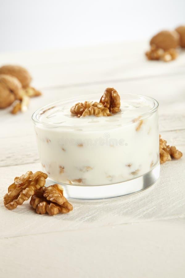 Yogur con las nueces fotografía de archivo