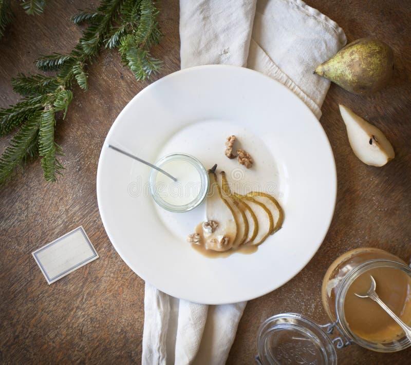 Yogur con las peras y el caramelo de nata fotos de archivo libres de regalías
