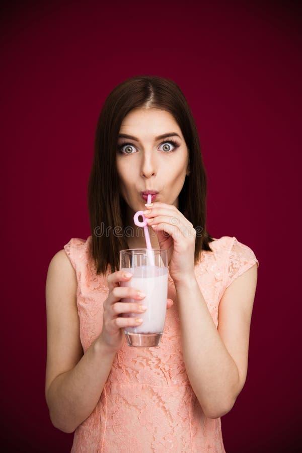Yogur de consumición de la mujer bonita joven fotos de archivo libres de regalías