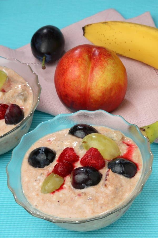 Yogur de fruta con la fruta fresca imágenes de archivo libres de regalías