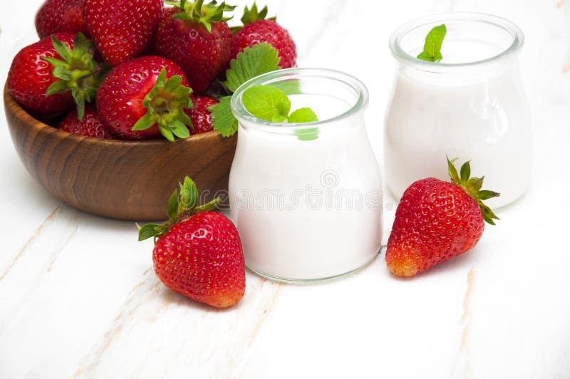 Yogur de la fresa imagen de archivo libre de regalías