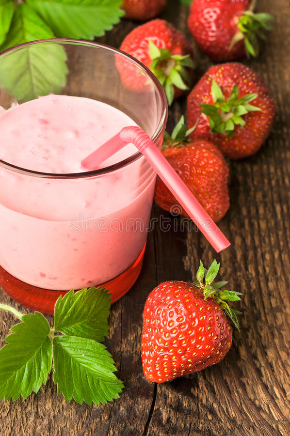 Yogur de la fresa con las bayas frescas imágenes de archivo libres de regalías