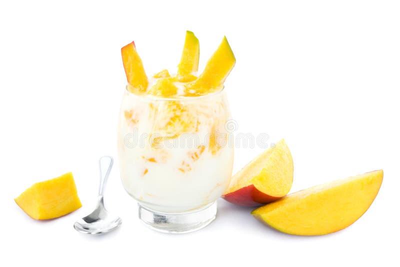 Yogur del mango en blanco foto de archivo libre de regalías
